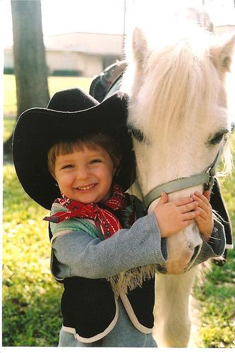 Kisfiú és fehér póniló