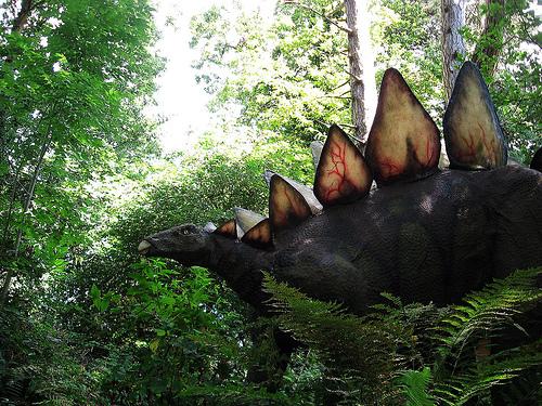 stegosaurusz zöld környezetben