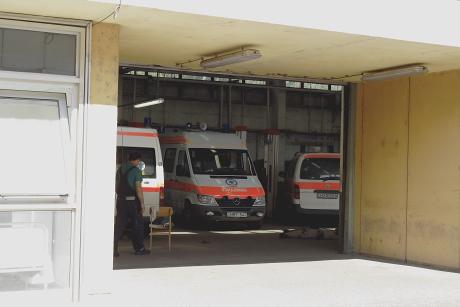 A kecskeméti mentőállomás garázsának két nagyméretű, a folyamatos készenlét miatt a nyári melegben állandóan nyitva lévő ajtaja van. Ezeken keresztül a fecskék zavartalanul ki-be járhatnak.