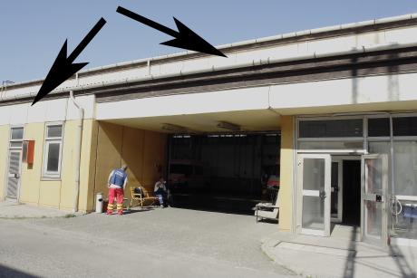 Ez után lehetne eltávolítani a fészkeket a garázstérből, és műfészkek segítségével kitelepíteni a madarakat az épület külső falára, a nyilakkal jelzett részekre. Mivel itt nincsenek a fecskék számára létfontosságú eső- és napvédő ereszek, ...