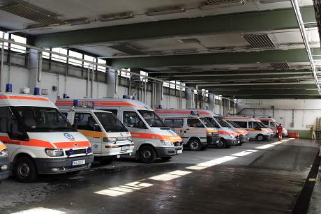 ... hangárszerű garázsában több mint egytucatnyi mentőautó fér el.