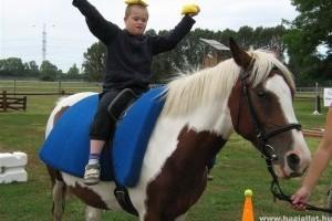 Sérült gyerekek lovasterápiás táborai Fóton