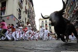 Öten sérültek meg a pamplonai bikafuttatás első napján