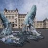 Szemétből készült bálnaszobrok a Parlament előtt
