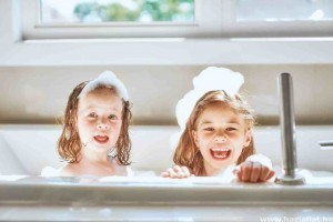 Mit csinálj, ha kicsi a gyermeked, és imád fürdeni?